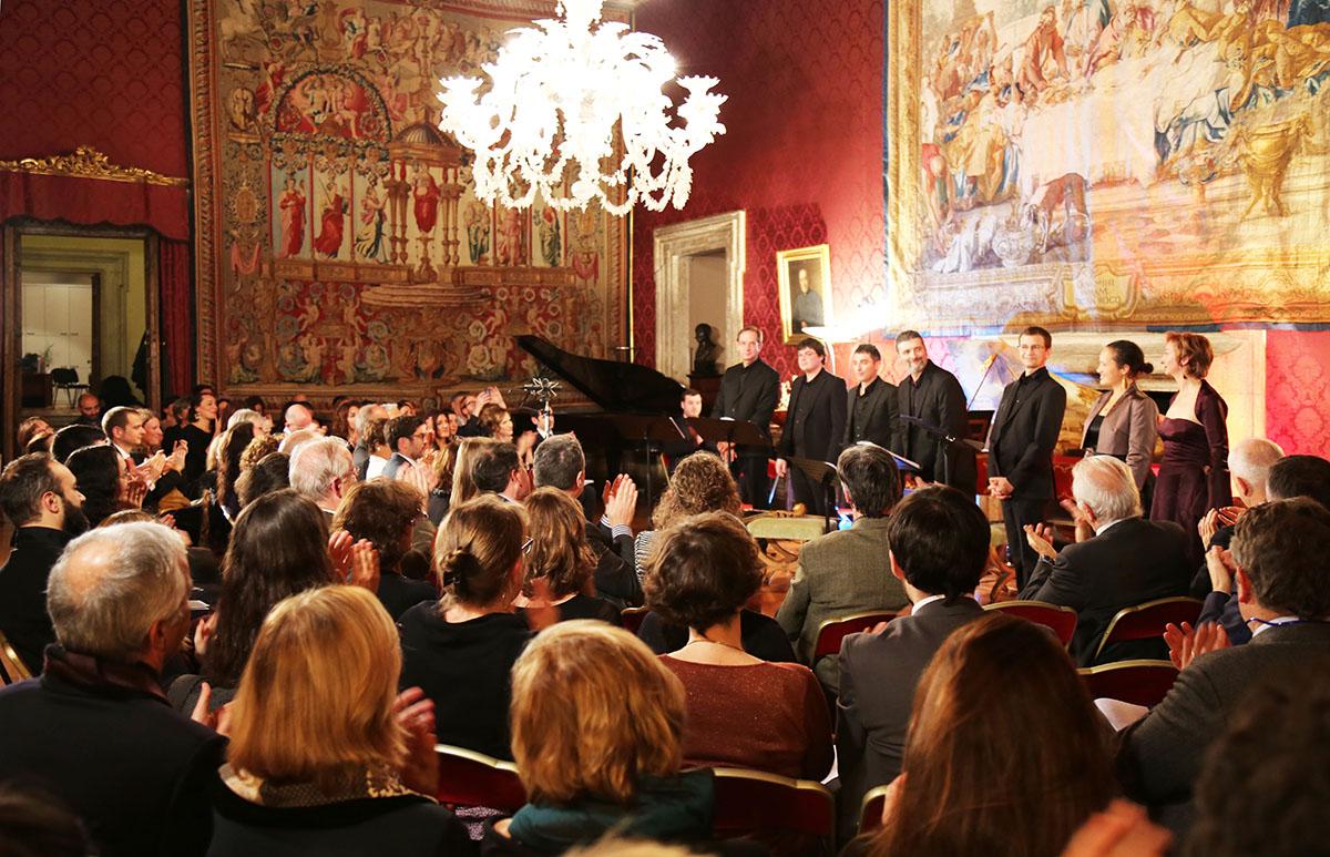 Un pubblico entusiasta applaude l'ensemble Faenza al termine dell'esecuzione del Concerto Madrigalesco, nello splendido Salone Rosso di Palazzo Farnese